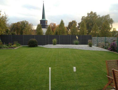 Granit-Zierkies-Pflanzbeet, Rollrase, WPC-Sichtschutz