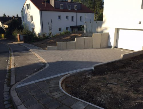 Garagenzufahrt gepflastert, Betonmauerelemente