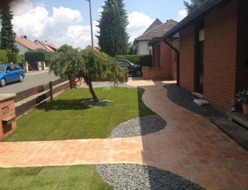Granitplatten granit einzeiler umrandung rollrasen for Zierkies vorgarten