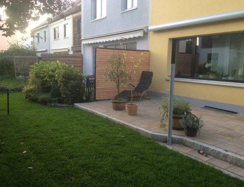 Terrasse, Betonpflastersteine, Granitsteinumrandung, Rollrasen