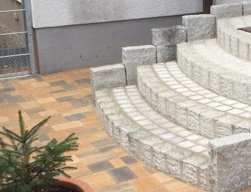 Treppenaufgang, Granitstelen, Segmentbögen