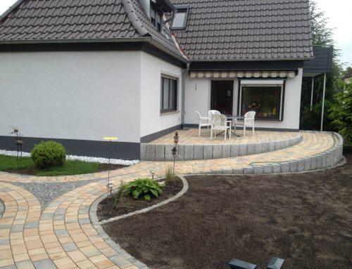 Terrasse, behindertengerechter Zugang, mit Weg und Mosaikarbeiten