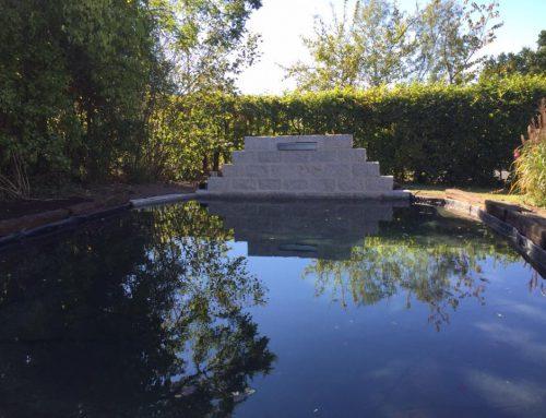 Mauereinfassung aus Granit für die Teichanlage